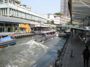 eine publicboat-Klongfahrt mitten durch das Zentrum in BKK