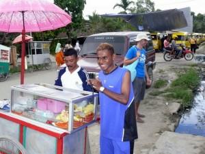 """am """"Chili-Obstsalat""""-Stand auf dem Markt von Sorong"""