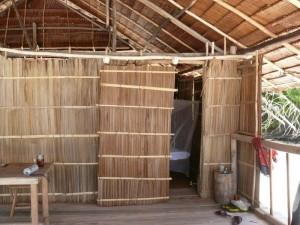 die interessante Schiebetür unserer Palmhütte