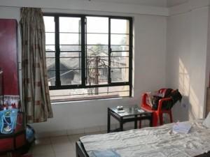 Zimmer mit Stromkunstwerk vor dem Fenster